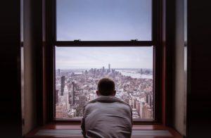 窓から都市を見下ろす